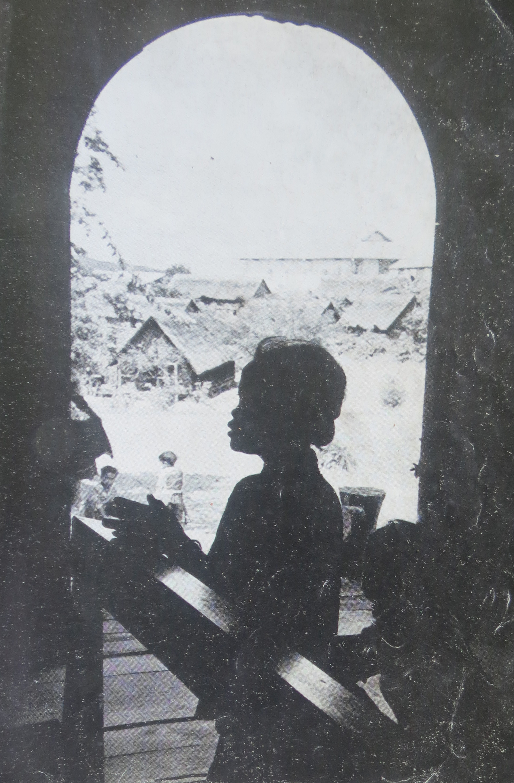 Image result for hình một bé gái quỳ sám hối trước một linh mục